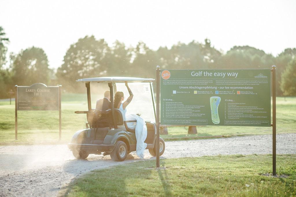 Hochzeitsfotografie Fotograf Hochzeit Hessen Timo Barwitzki Paar Golf Golfcart Outdoor Abendsonne Sonnenuntergang Braut Bräutigam Golfplatz