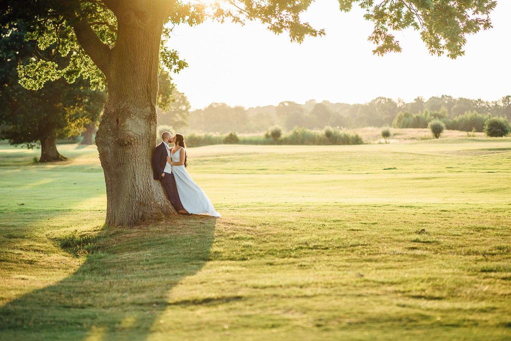 Hochzeitsfotografie Gießen Timo Barwitzki  Paar Hochzeit Outdoor Sonnenuntergang Baum Schatten