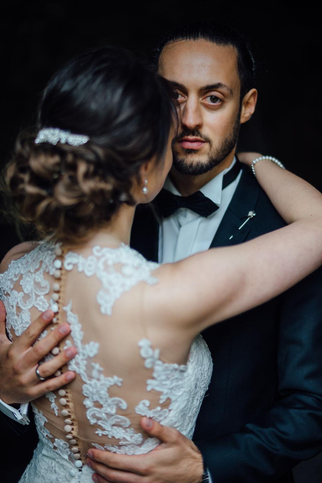 Hochzeitsfotografie Gießen Timo Barwitzki Paar elegant Anzug Hochzeitskleid Fliege
