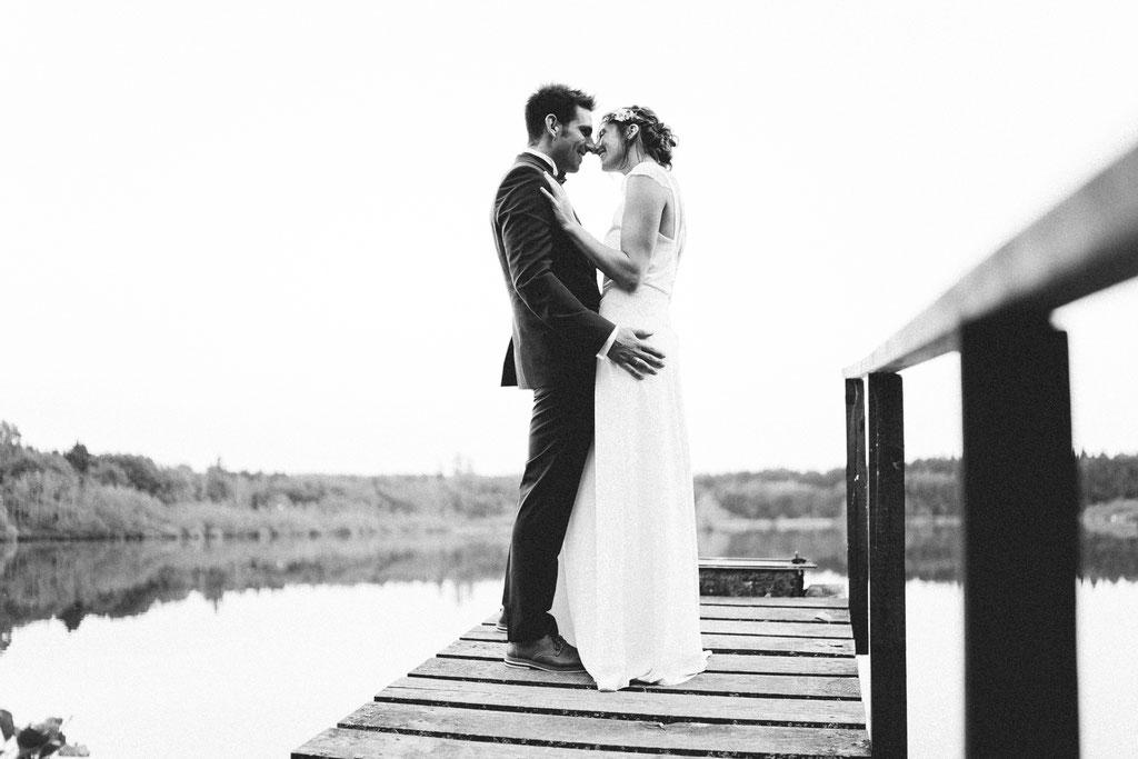 Hochzeitsfotografie Gießen Timo Barwitzki Paar Steg See Natur Braut Bräutigam schwarz weiß schwarzweiß Freude Glücklich Lachen Kuss