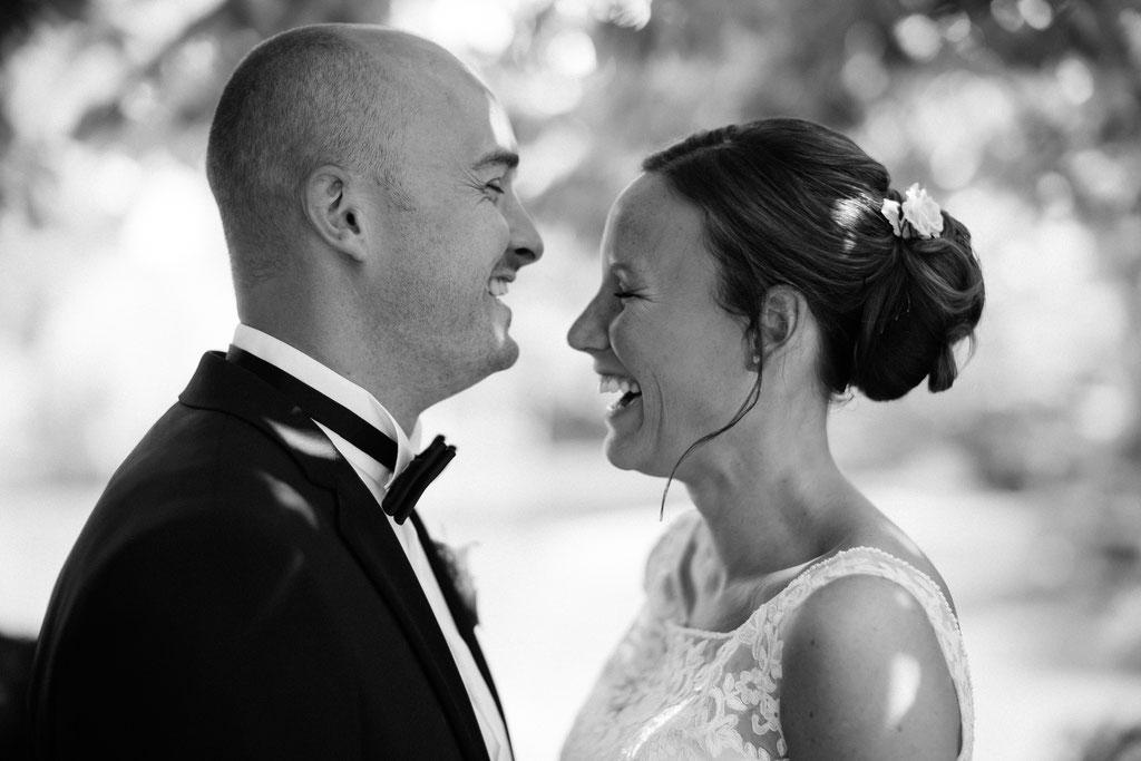 Hochzeitsfotografie Gießen Hochzeit Timo Barwitzki Paar Freude Lachen Liebe schwarz weiß schwarzweiß