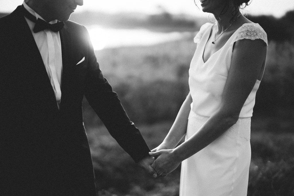 Hochzeitsfotografie Gießen Timo Barwitzki Paar Hochzeit schwarz weiß schwarzweiß Hand Hochzeitskleid Liebe