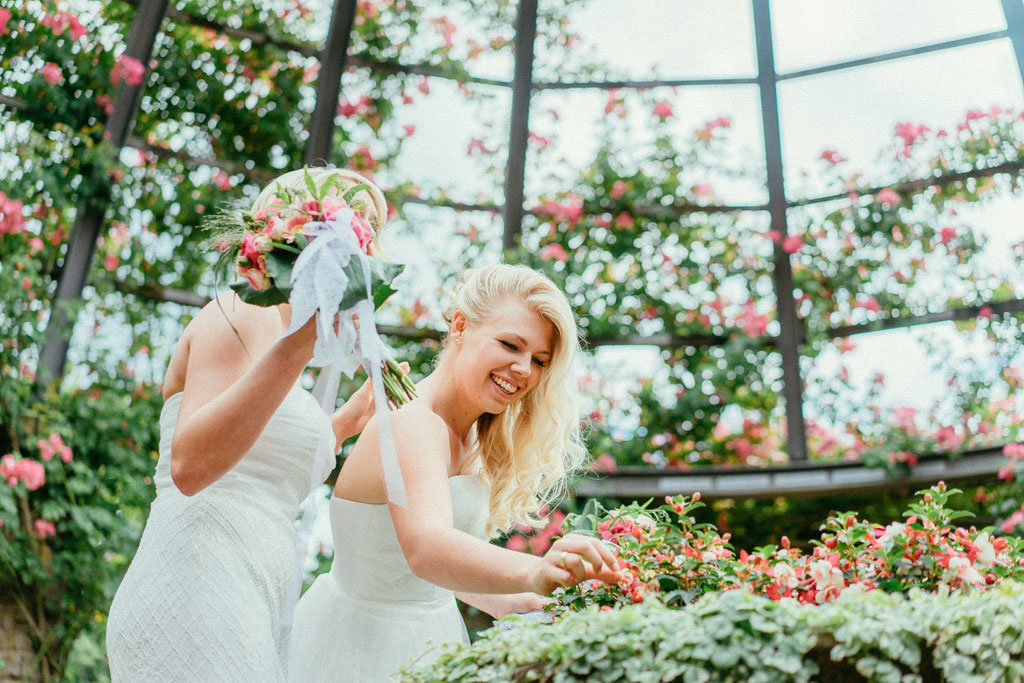 Hochzeitsfotografie Darmstadt Hochzeit Rosenhöhe Timo Barwitzki Paar lesbisch homosexuell Homoehe gleichgeschlechtlich Freude Glück Braut Brautstrauß