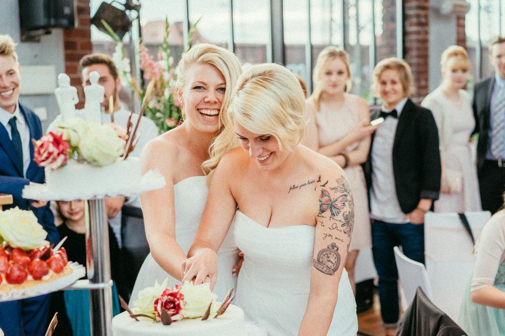 Hochzeitsfotografie Darmstadt Hochzeit Weststadtcafé Timo Barwitzki Paar lesbisch homosexuell Homoehe gleichgeschlechtlich Freude Glück Braut Hochzeitstorte Lachen
