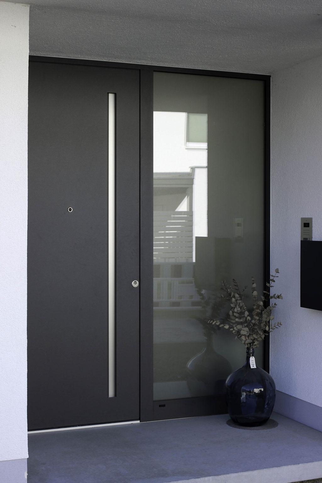 Aluminium Haustüre mit Griffmulde von Schüco
