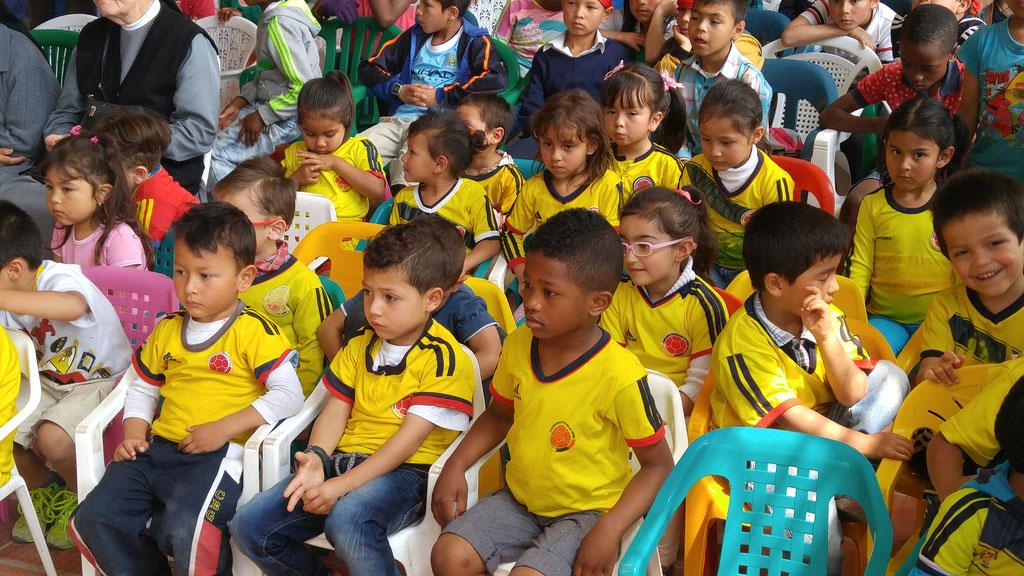 Alle Kindergartenkinder haben ein T-Shirt der kolumbianischen Nationalmannschaft an