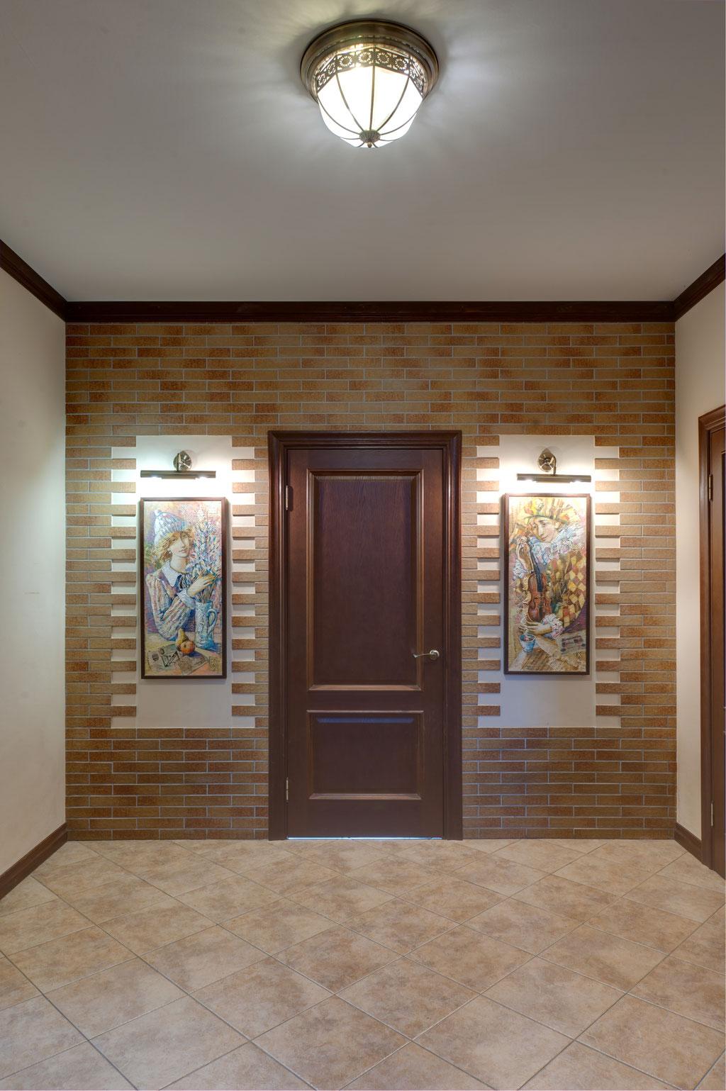 Фотография стены с декоративными нишами в интерьере холла