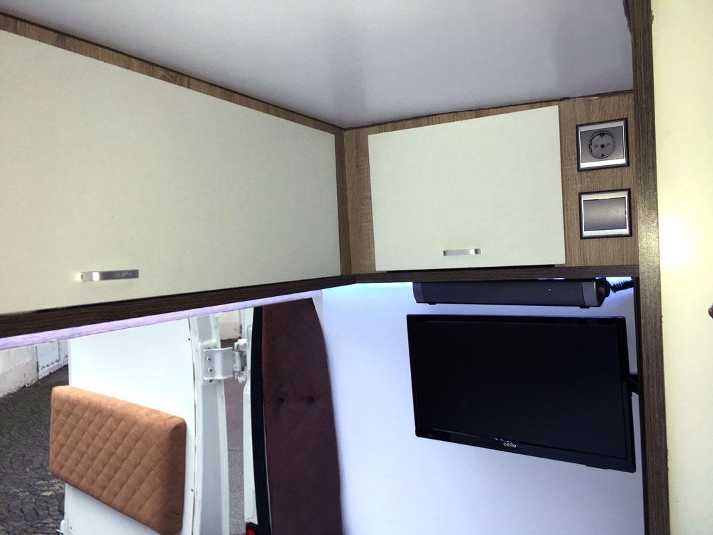 Wohnmobilausbau - Die Oberschränke über dem Bett und der Fernseher inkl Soundbar