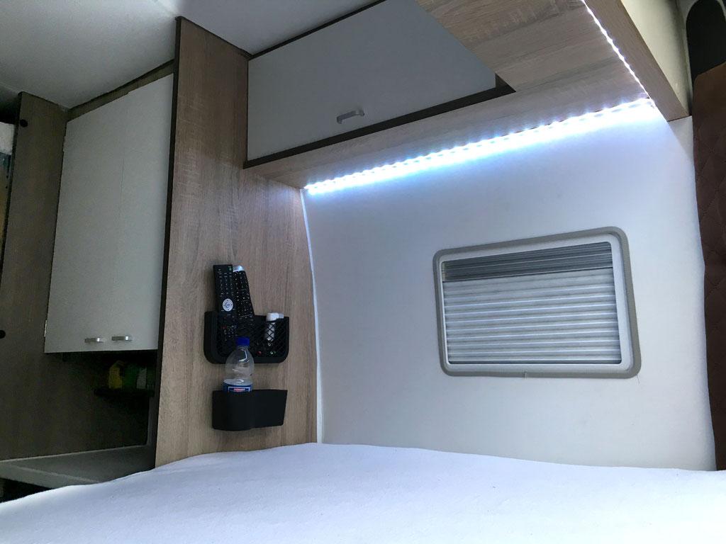 Wohnmobilausbau - Das feste Bett mit Fenster, Oberschränken und Halterungen