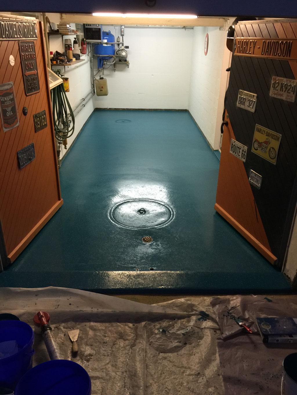 Mit rutschfestem  Flüssgkunststoff beschichtete Garage, bunt, farbenfroh, ansprechend, einfach zu reinigen, sicher