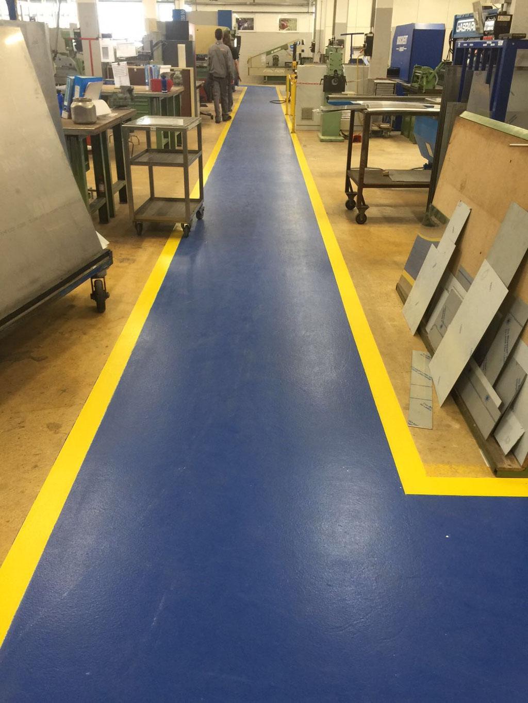 Beschichteter Fabrikhallenboden mit rutschfestem Flüssigkunststoff