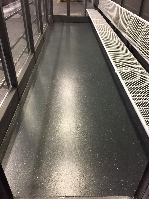 Mit rutschfestem Flüssigkunststoff beschichtetes SBB Bahnhof Wartehäuschen, Wartehaus auf dem Perron, rutschfest und sicher für alle Bahnreisenden