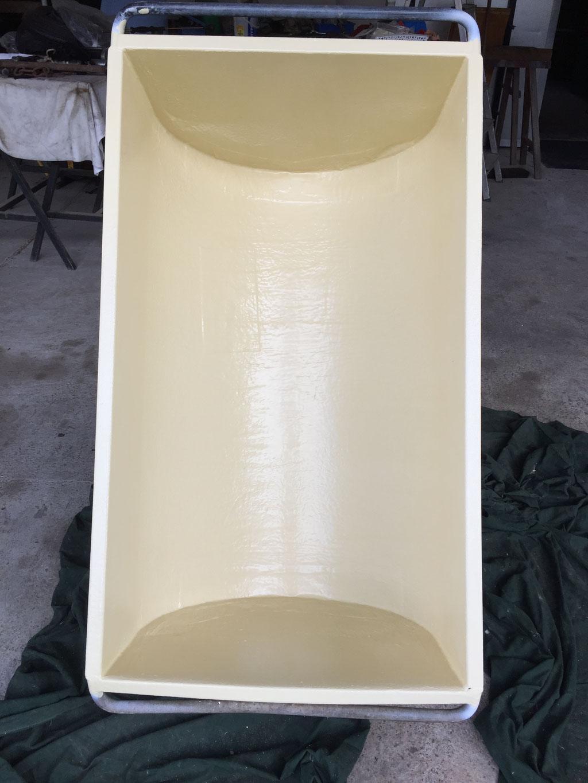 Mit Flüssigkunststoff hygiensch beschichteter Futtertrog für die Landwitschaft