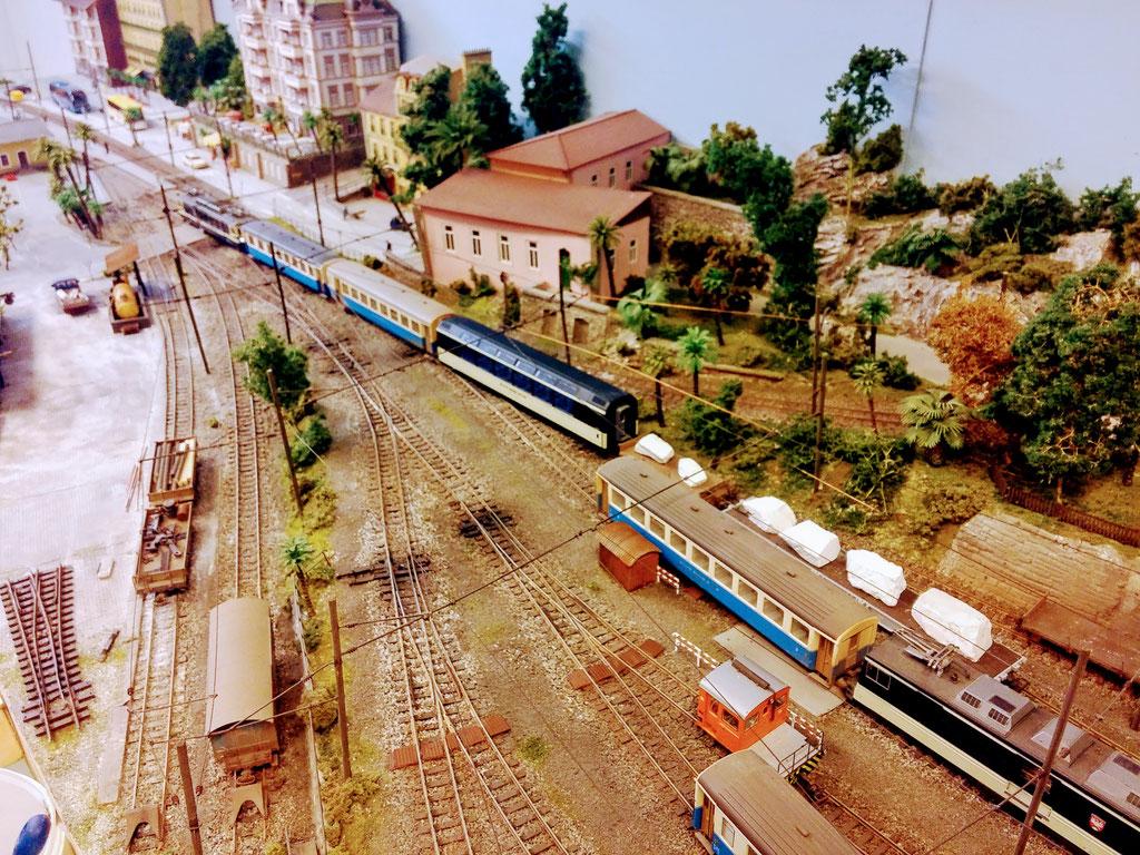Der Zug wird in die Abstellanlage zurückgedrückt.