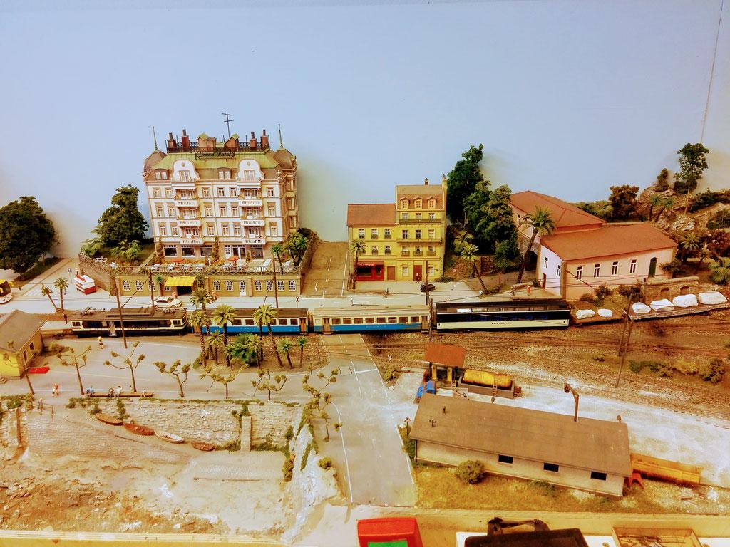 Einfahrt in den Bahnhof Lacorno Stazione.