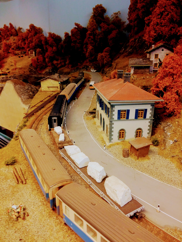 Regionalzug mit zwei Marmortransportwagen am Zugende auf Talfahrt. der Marmor wird hoch oben in den Bergen über dem Vale de Castagno gewonnen. .