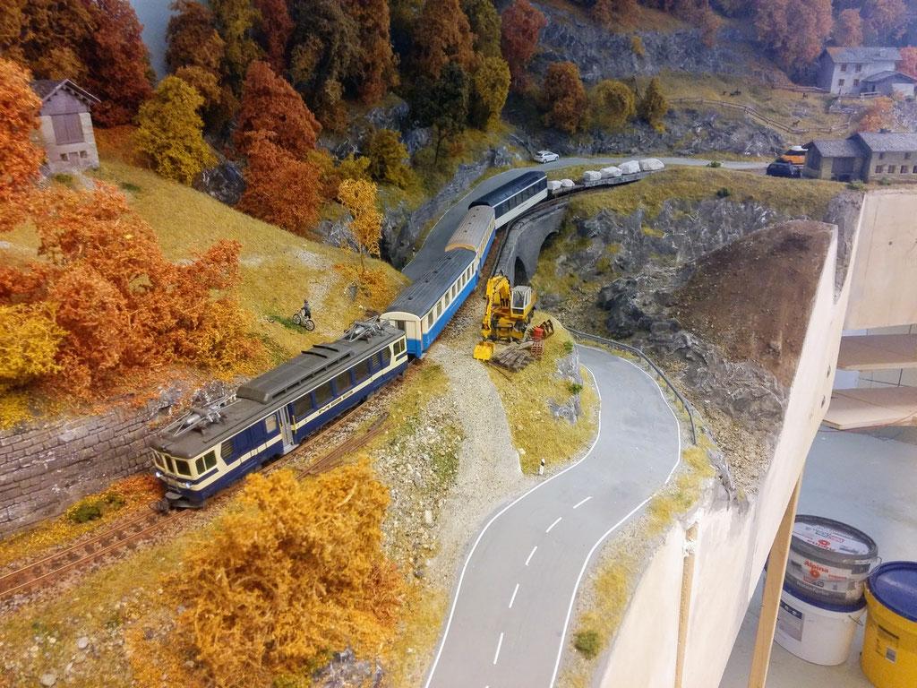 Der Zug auf dem Viadukt.