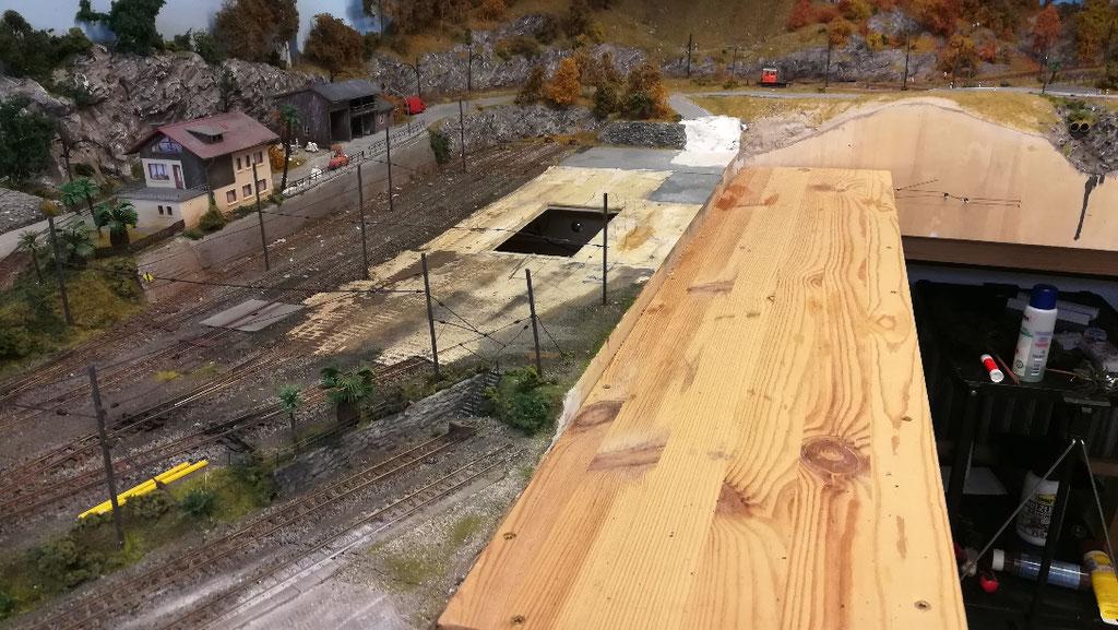 Das alte Gebäude, die Gleise, der Hallenboden und die Untersuchungsgruben sind verschunden. Das Loch wird noch verschlossen, da die neuen Untersuchungsgruben an andere Stelle ihren Platz finden werden.