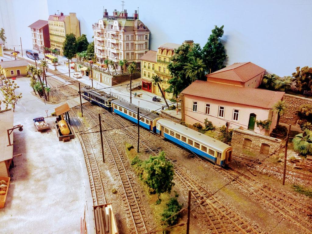 Nach Abhängen der nicht für den Gegenzug benötigten Wagen zieht der Zug wieder ins Bahnsteiggleis vor.