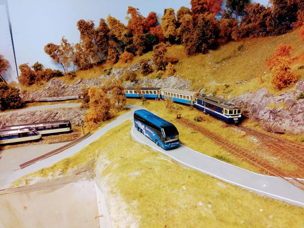 Regionalzug auf dem Weg in die Berge.