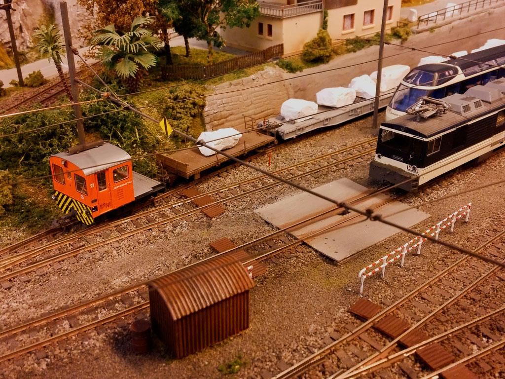 Drei beladenen Marmorwagen werden aus der Abstellung gezogen.