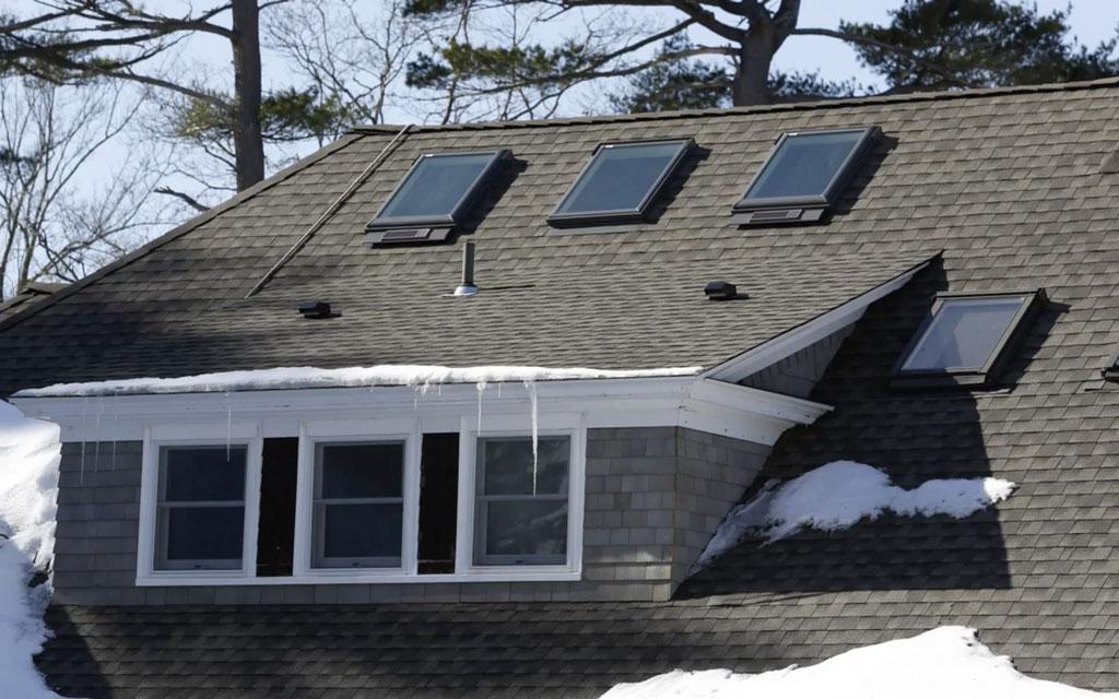Dach po renowacji z wykorzystaniem gontów GAF Timberline HD w kolorze Charcoal