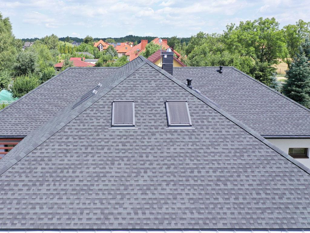 W połaci dachowej widzimy osadzone okna dachowe