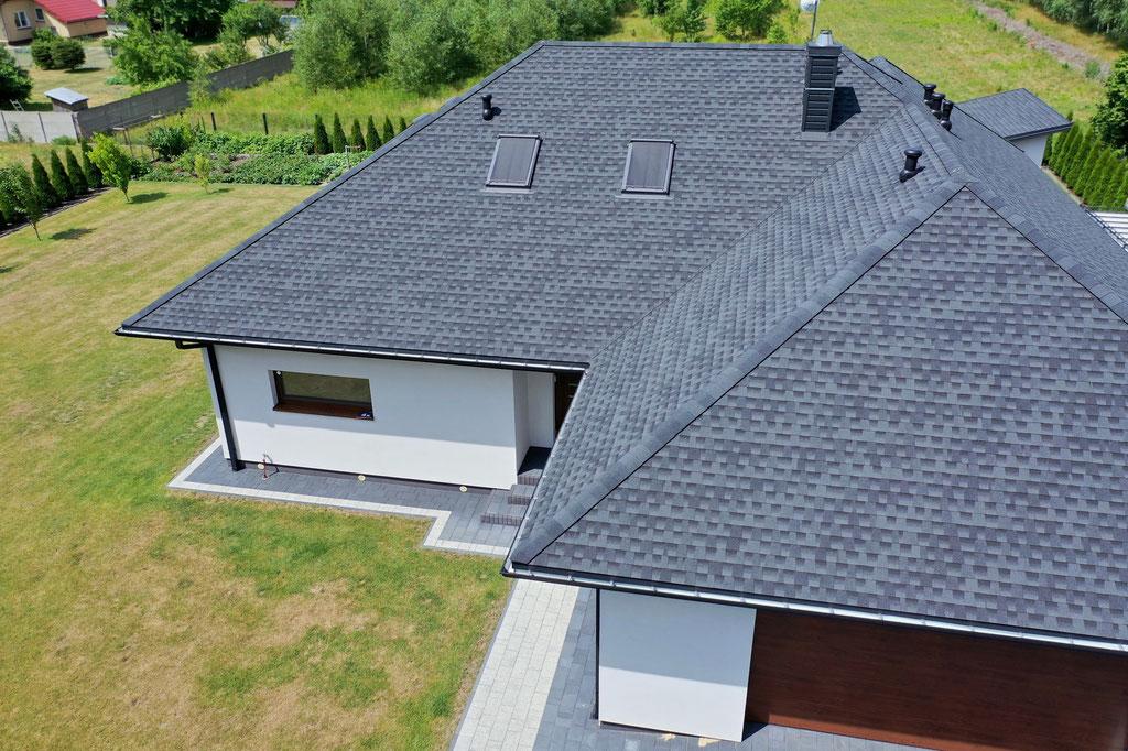 Gont bitumiczny marki GAF model Timberline HD dumnie prezentuje się na dachu