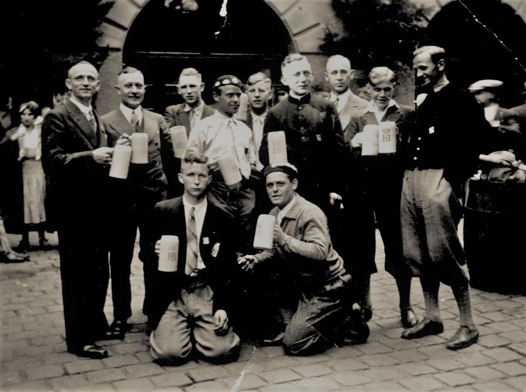 Im Hofbräuhaus in München lassen es sich die Esloher das Bier gut schmecken