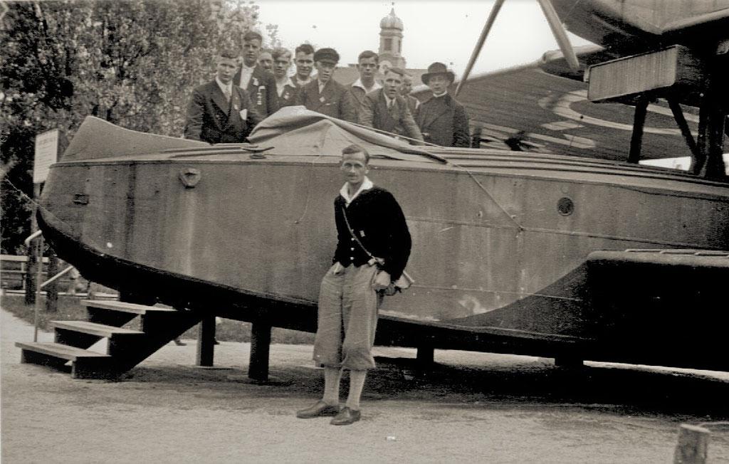 Besuch des Deutschen Museums, vorn am Wasserflugzeug lehnt Heinrich Eickeler