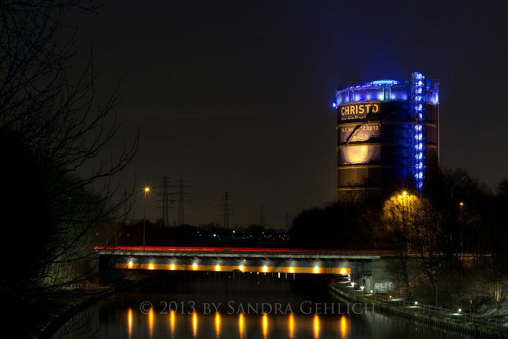 Konrad-Adenauer-Brücke mit Gasometer