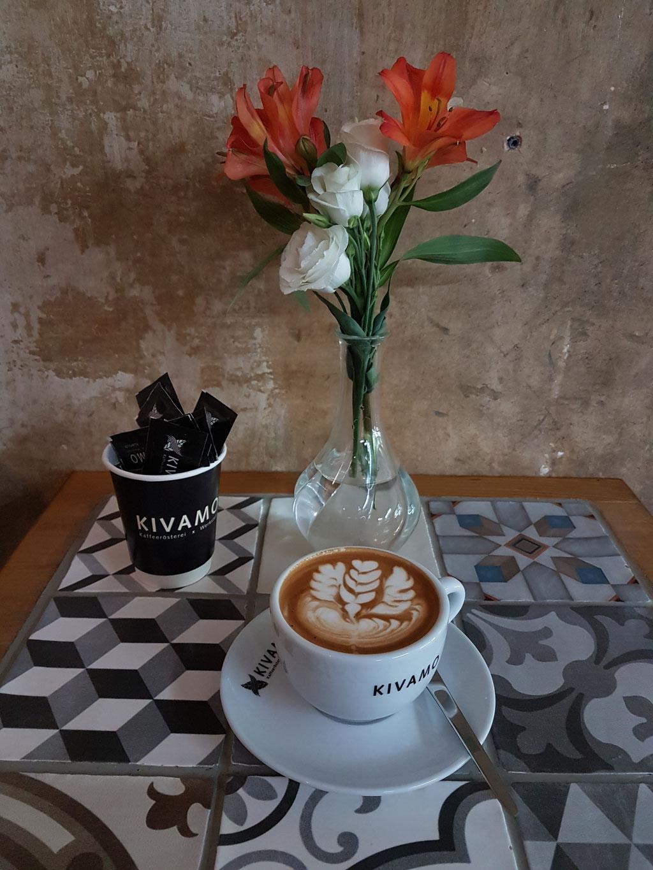 Cappuccino mit Latte-Art Muster
