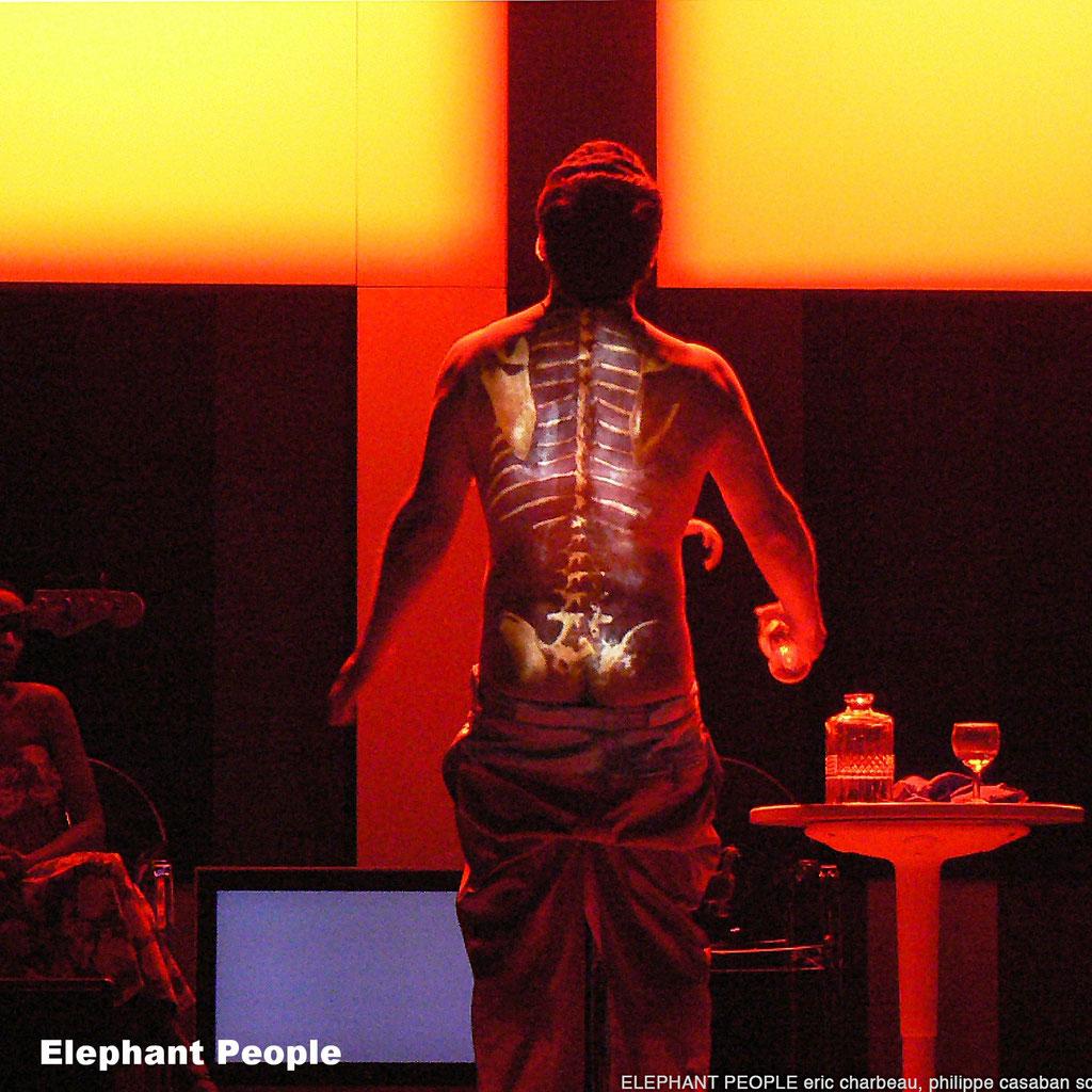 Elephant Poeple. Ouvre le chien. Renaud Cojo. Scénographie Philippe Casaban et Eric Charbeau