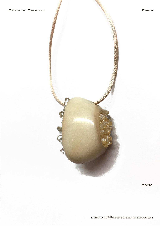 ©Régis de Saintdo-Pendentif-os-feuille d'or-cristal de roche-fait main