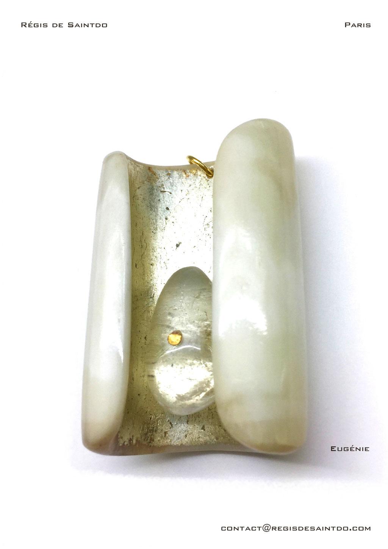 ©Régis de Saintdo-Pendentif-os-feuille d'or blanc-cristal de roche-fait main