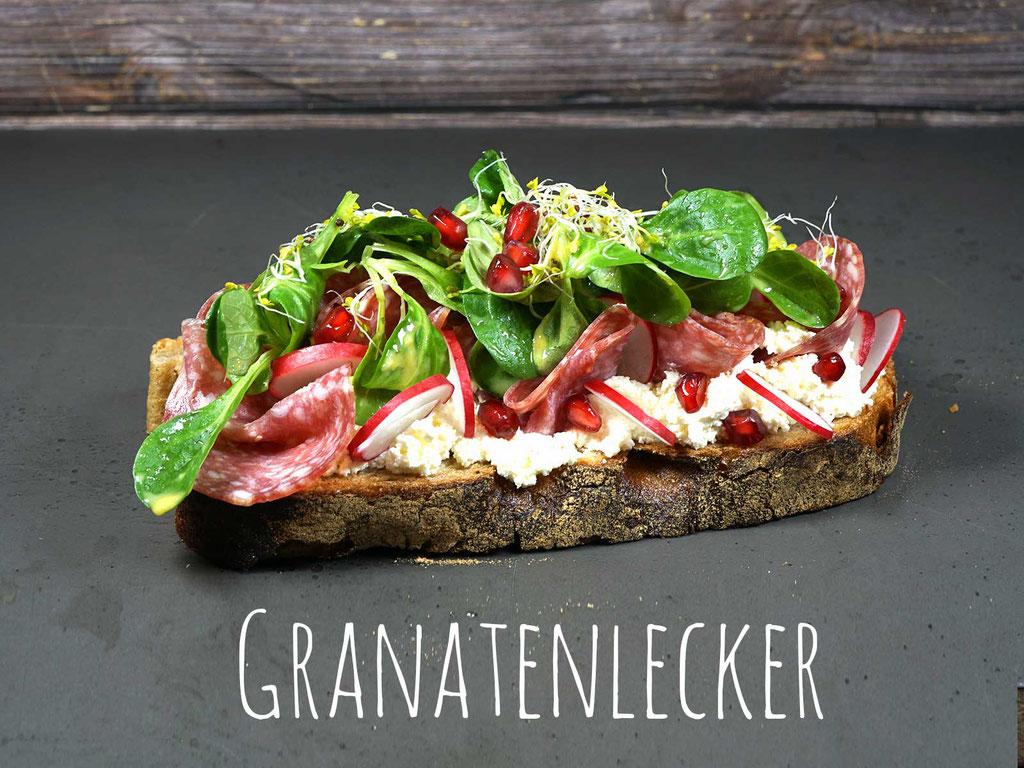 GRANATENLECKER - Feinste mediterrane Salami auf Natur Frischkäse mit Radieschen, Feldsalat und Granatapfelkerne