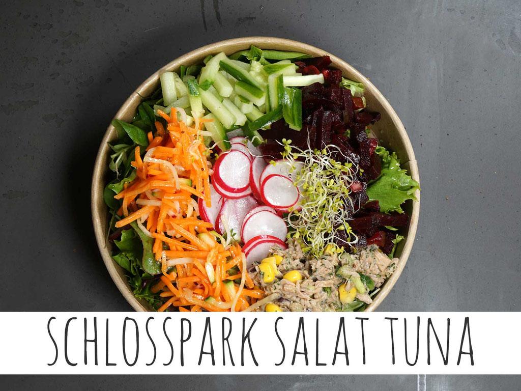 SCHLOSSPARK SALAT TUNA: Thunfisch auf marktfrischen Blattsalaten, Rote Beete, Salatgurke, geraspelte Möhre, Radieschen und Mais