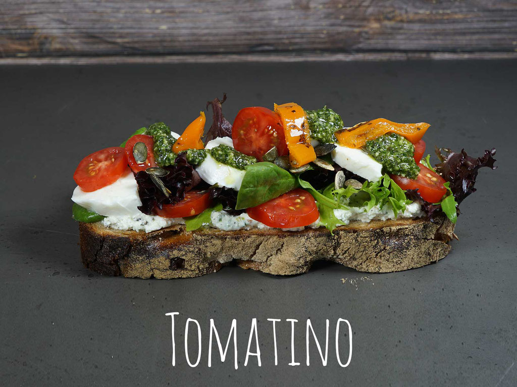 """TOMATINO - Büffelmozzarella auf Frischkäse """"Toskaner Art"""" mit Kirschtomaten, Pesto Verde und Blattsalat"""