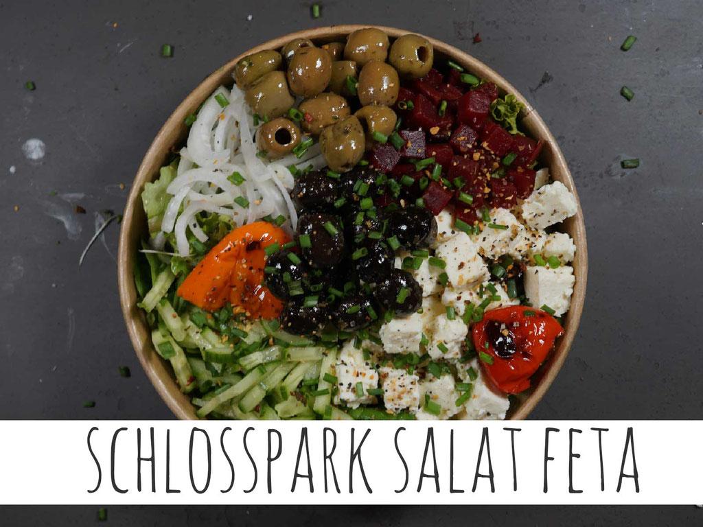 SCHLOSSPARK SALAT FETA: Griechischer Feta auf marktfrischen Blattsalaten mit Zwiebeln, Rote Beete, Gurken, Oliven