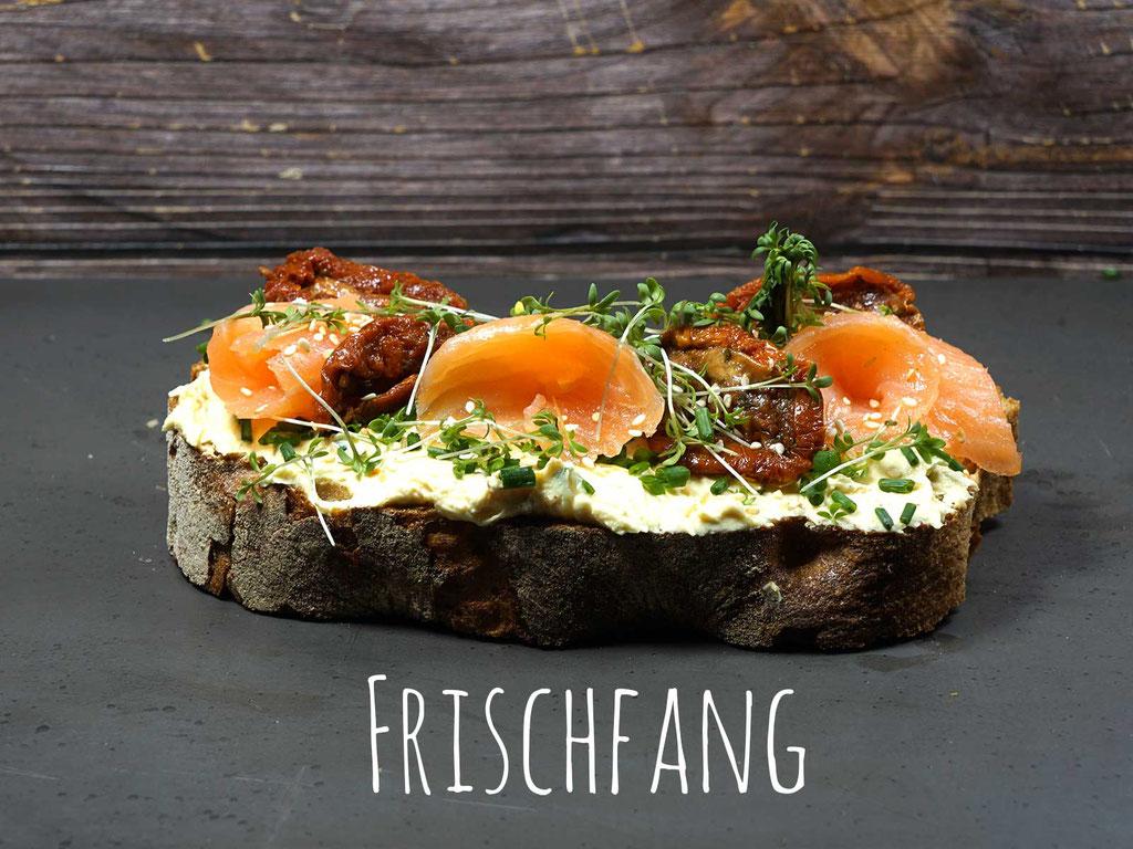 FRISCHFANG - Geräucherter Lachs auf Feigen-Senf Frischkäse mit getrockneten Tomaten, Sesam und Kresse