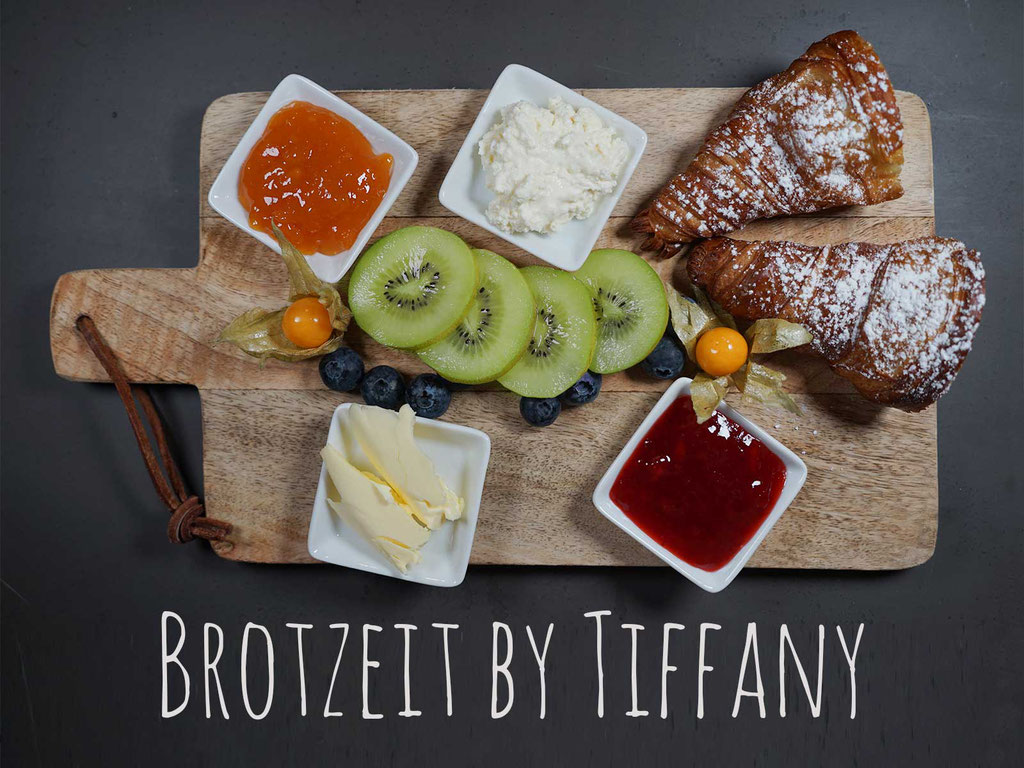 BROTZEIT BY TIFFANY - 1 Gourmet Croissant, Frischkäse Natur, Butter, hausgemachter Fruchtaufstrich Marille und Kirsch