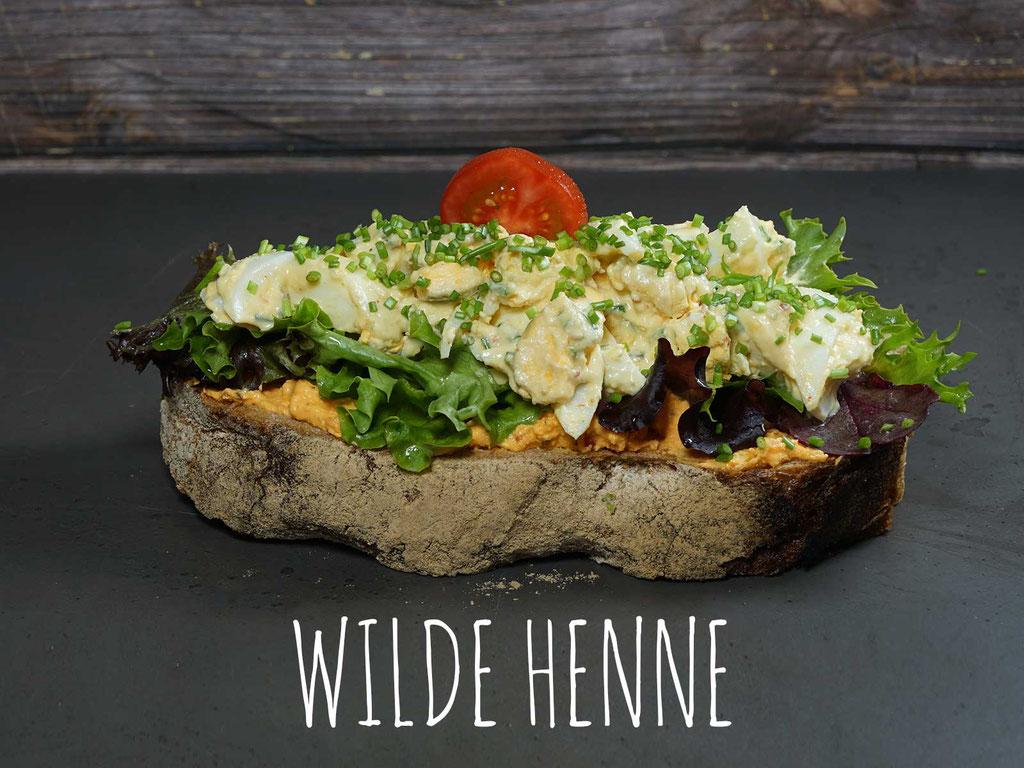 WILDE HENNE - Hausgemachter Eiersalat auf Paprika-Chili-Frischkäse und Blattsalat