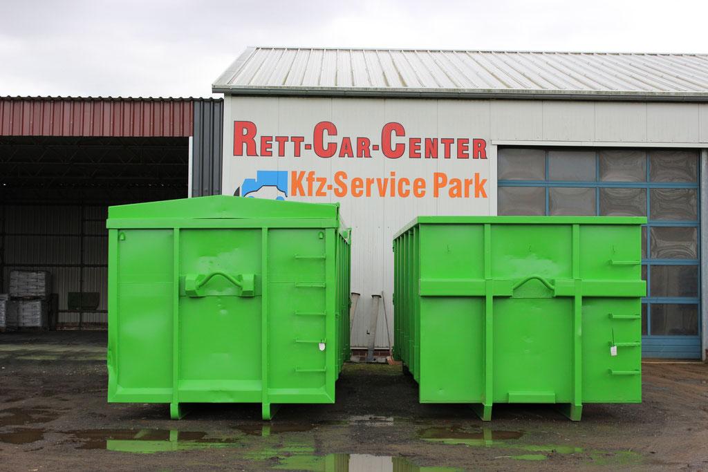 Fertig sandgestrahlte Container mit anschließender Farbgebung in Grün
