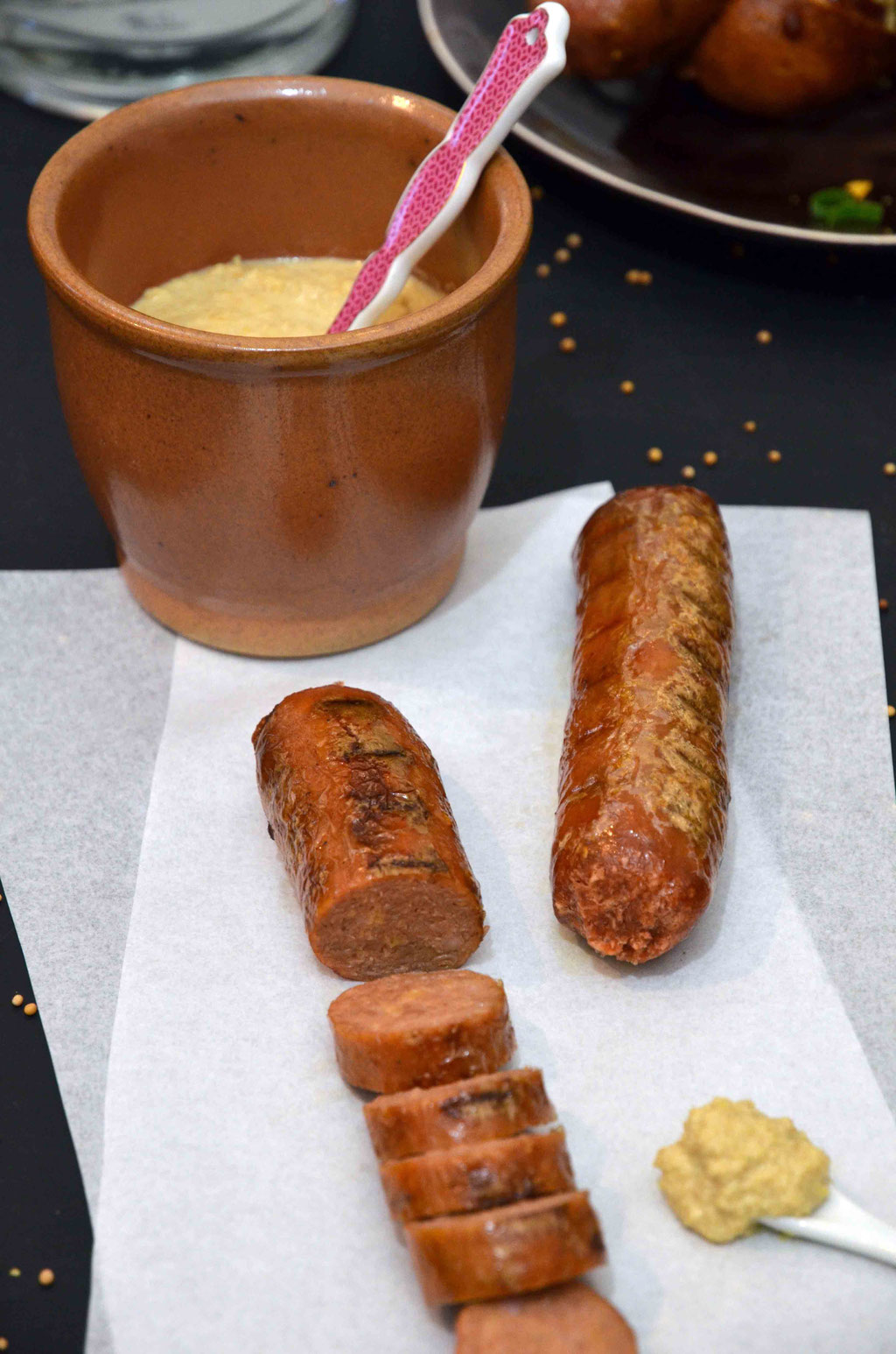 Der Klassiker zu Senf: Das Würstchen. Beyond Sausage bietet die, wie wir finden, derzeit besten veganen Alternativen auf dem deutschen Markt an und lassen sich auch ganz hervorragend pur essen.