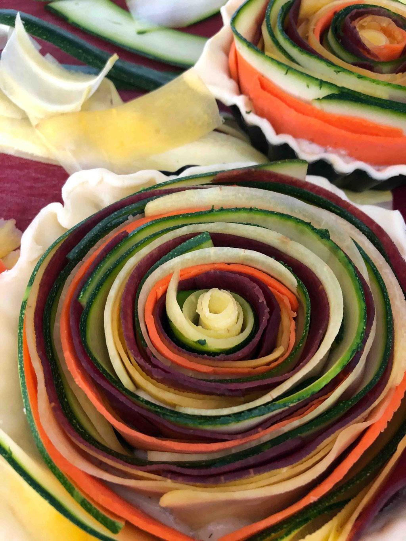 Eine von vielen Gestaltungsformen: Die Gemüsescheiben aneinander rollen, so dass die Gemüse-Quiche wie eine Schnecke aussieht.