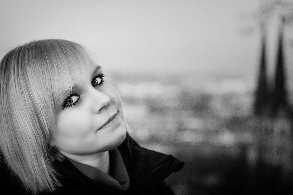 Portrait - Frau vor Bielefelder Skyline in Schwartweiss