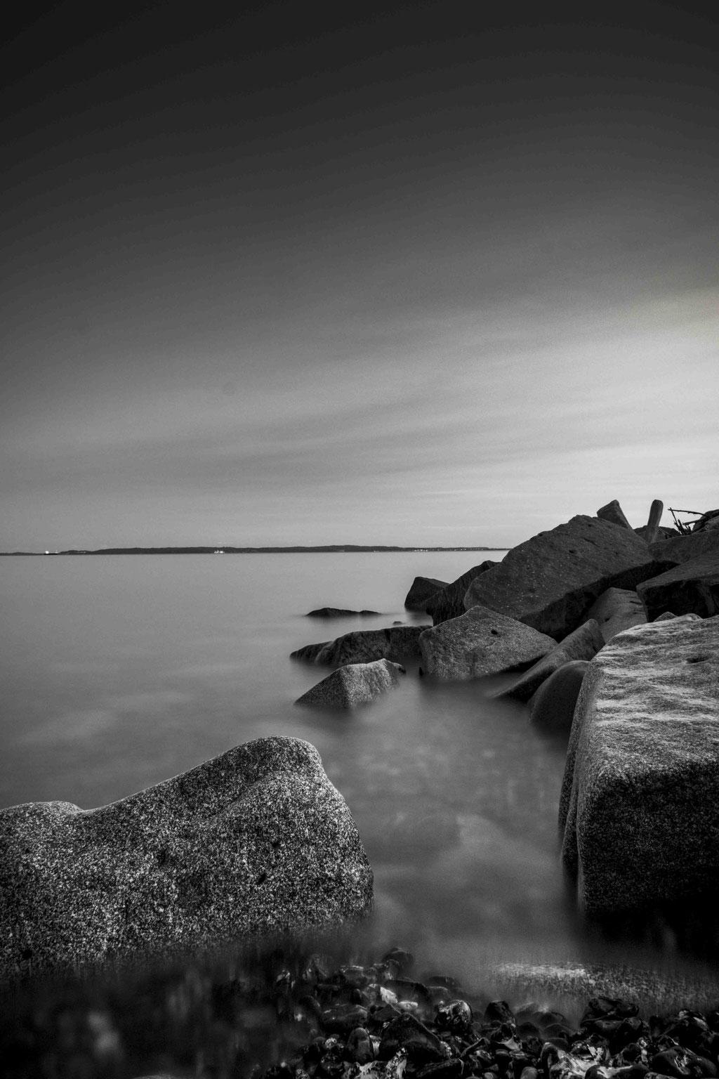 Landschaftsfotografie - Schwarzweisse See mit teilen des Docks