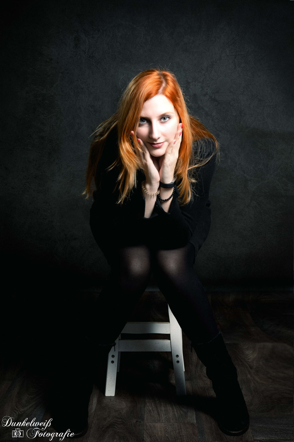 Portrait - Frau im Studio Dunkelweiss-Fotografie