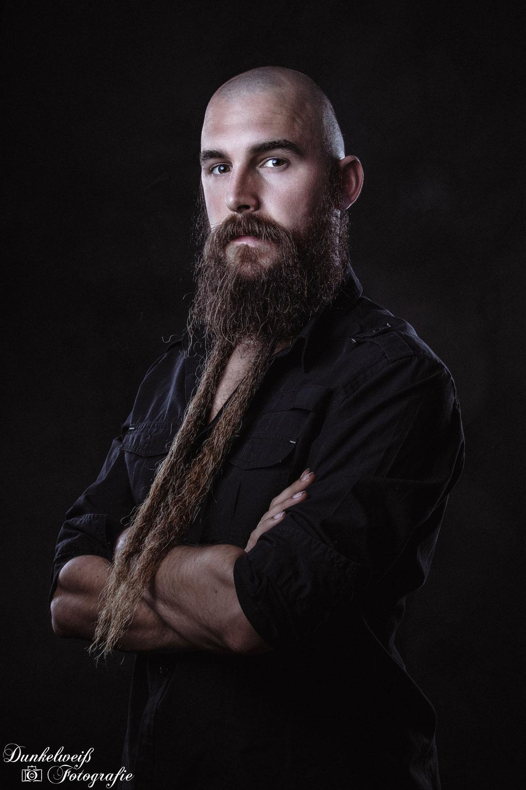 Portrait- Charakterportrait von Mann mit langem Bart im Studio Dunkelweiss-Fotografie