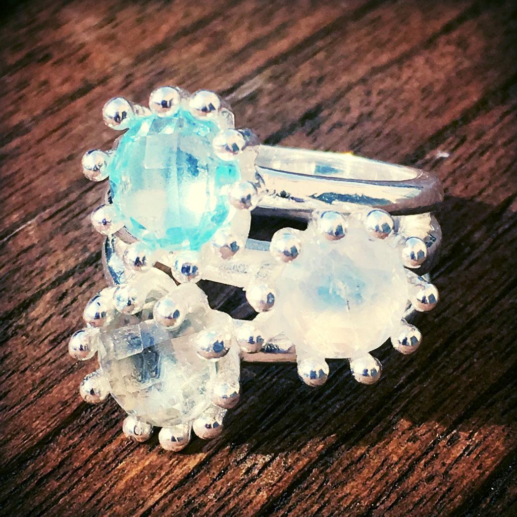 Dieser Fingerring mit drei wunderschönen Steinen hat Nicole Hossmann von SilberGlanz für dich im Onlineshop.